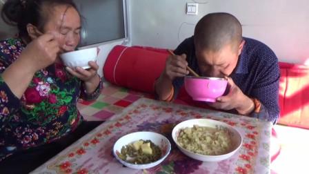 媳妇做四川焖饭,大黑直呼甜甜的真好吃,一碗不够再来一碗,馋人
