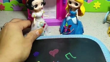 灰姑娘生日,白雪给灰姑娘画了一个很大的生日蛋糕,灰姑娘很喜欢!