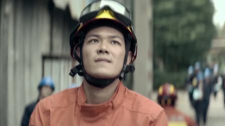 《火海营救》消防员紧急出任务不走楼梯顺杆爬下,消防速度太给力!