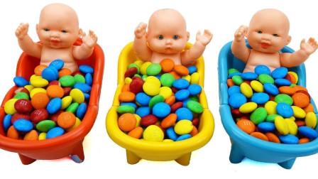 萌宝卡通玩具:小baby居然在彩虹糖里发现了哆啦A梦小黄人,咋回事