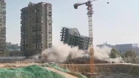 景德镇一14层大楼成功爆破 一声巨响轰然倒下