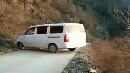 监控:面包车窄路掉头,是老司机还是新手,打个方向盘就知道了