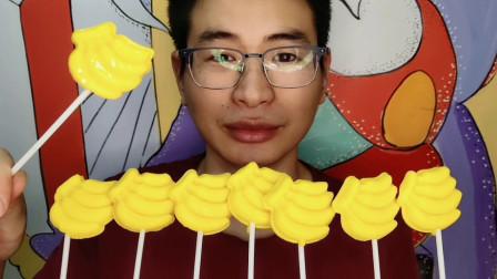 """眼镜哥吃趣味""""香蕉串棒棒糖"""",金黄迷你超可爱,香甜可口果味浓"""