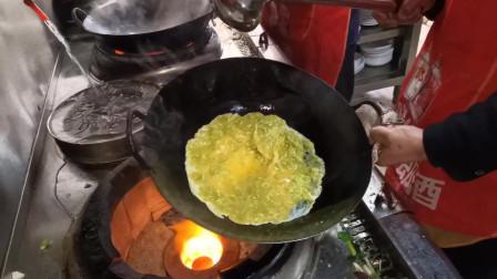 现厨师难请,看餐馆花8000月薪请的大厨,这煎鸡蛋的手艺如何
