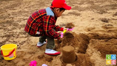 和孩子到沙滩挖沙,堆沙堡,玩沙滩玩具