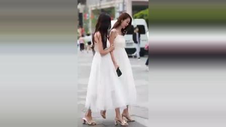 街拍:双胞胎在街上游玩,吓得摄影师都不知拍哪个