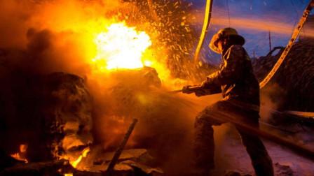 废品收购站起火,现场浓烟滚滚引燃汽修厂,消防开来推土机灭火
