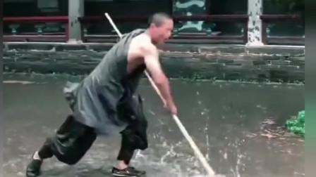 少林寺第一武僧,这醉棍耍的实在太棒了,恕我直言:不服不行啊!