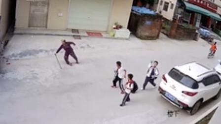 棒棒哒!老人路边摔倒 3名小学生毫不犹豫上前搀扶