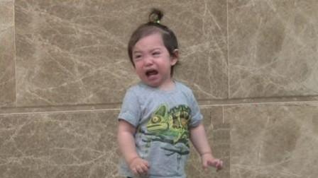 弟弟正跟着歌曲自嗨跳舞,却遭到姐姐无情切歌,反应令父亲笑喷了