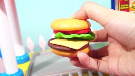 给小猪佩奇做一个芝士汉堡,看起来好好吃啊,小朋友们快拿给佩奇把
