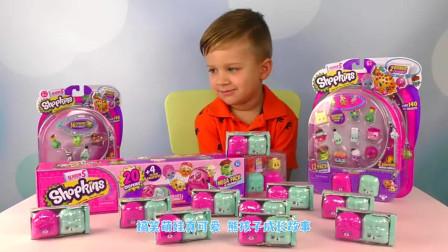 萌娃小可爱在跟大家展示新买的玩具呢,小家伙真是萌萌哒!萌娃:一起玩才有趣呢