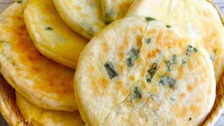 一碗面粉一把葱花,筷子简单搅一搅,做出葱香发面饼比面包还松软