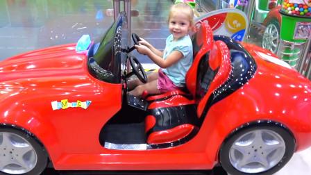 越看越有趣!萌娃小萝莉来到了儿童乐园玩的可开心啦!萌娃:汽车要出发咯!