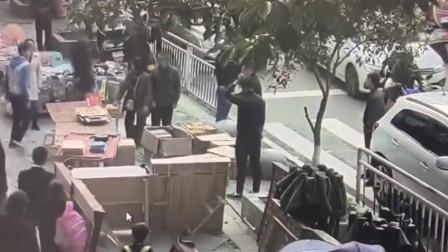 """休班交警遇男子闹市街挥刀 一声""""站到""""勇救民"""