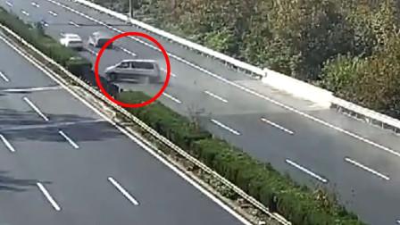商务车高速爆胎失控撞护栏 祖孙未系安全带被甩出不治身亡