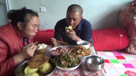 终于改善伙食了!大黑直呼今天丰盛,菜花炒豆腐配猪肉,吃美了!