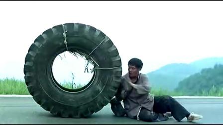 落叶归根:汽车轮胎装一个人,推着走