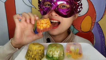 """妹子吃""""纸杯蛋糕百香果玉米彩冰"""",水果夹心果肉软,冰脆好酸爽"""