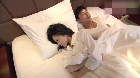 丈夫趁妻子睡着,做出大胆举动,谁知妻子是在装睡,太逗了!