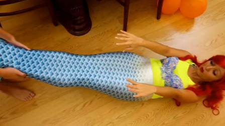 """芭比娃娃变成""""美人鱼""""后无法呼吸,姐姐帮妹妹把她放到浴缸里"""