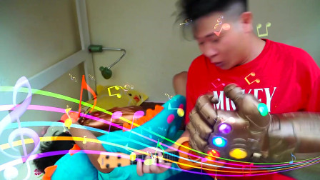 爸爸拿着萌娃小正太的魔法手套变成了好多东西,看看萌娃是怎么做的呢?