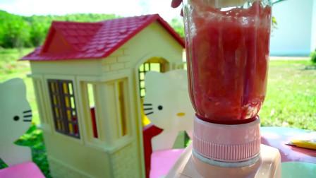 萌娃小萝莉到奶茶店,叫店员帮忙把西瓜榨成汁之后便把西瓜汁冻成雪糕了!