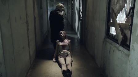 美女被面具人拖到道具台,竟要挤压她的头,恐怖的怨灵人偶!