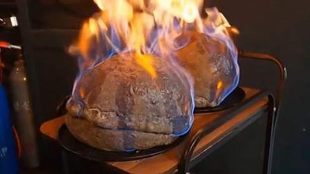 """餐桌上披萨变成""""发霉面包"""",顾客懵了,服务员却笑着切开"""