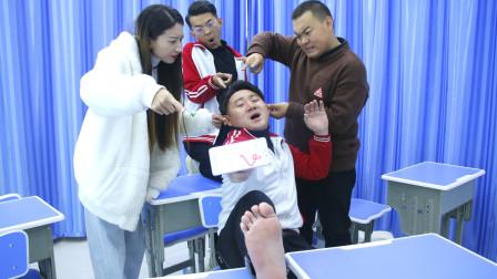 学生上课玩贪吃蛇游戏,手脚并用,太有才了