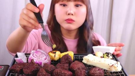 韩国大胃王小姐姐,试吃自制烤牛排,看她吃口水都流出来了