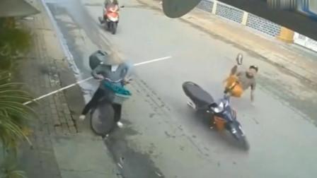 摩托车青年突然冲飞了出去,家人调取监控,才得知真相没那么简单