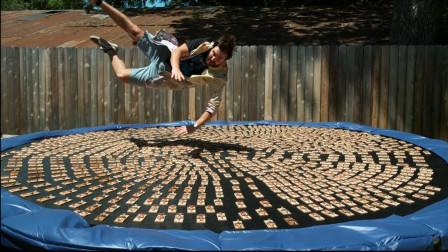 史上最刺激的游戏,老外跳进1000个老鼠夹中,镜头记录全过程!