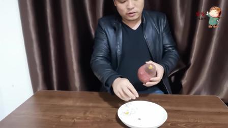 小伙用微波炉烤红薯,结果翻车了,因为微波炉没有自烤功能,哎呀