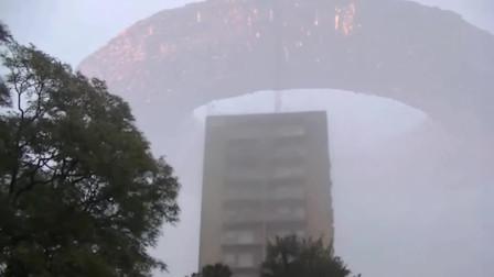 实拍巨型UFO笼罩在城市上空,画面堪称视觉盛宴!