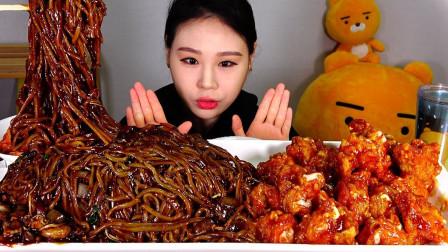 """韩国吃播:""""海鲜炸酱面+调味炸鸡"""",搭配泡菜,卡妹吃得真馋人"""
