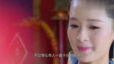 """李沁终于对""""液体裙""""下手了,当下楼梯那刻,杜江都看呆了"""
