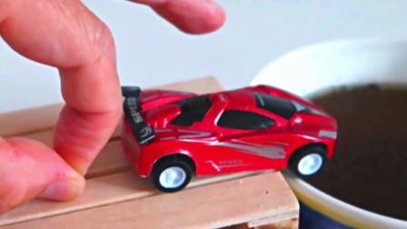 萌宝儿童卡通玩具:是谁在背后操控着神秘之手让汽车飞越峡谷