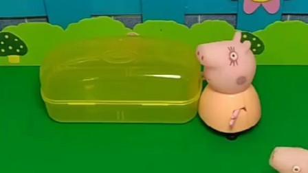 乔治把猪爸爸的剃须刀弄坏了,佩奇把猪爸爸的足球弄丢了,猪妈妈让它们躲起来