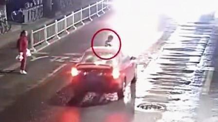入魔了!男子过马路看手机 被撞倒后起身继续看手机