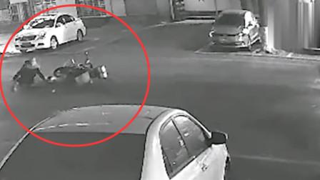 男子深夜遭砍后又被摩托车撞翻 监控拍下遇袭瞬间
