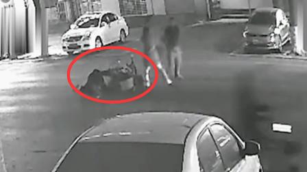 一男子深夜遭人猛砍3刀 被摩托车撞翻倒地后死亡