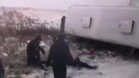 黑龙江载22人客车雪天侧翻 致1死1伤