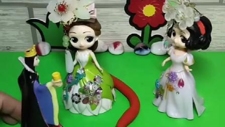 往后给白雪公主喝了一杯饮料,结果白雪就长出来尾巴了,一会就是婚礼了
