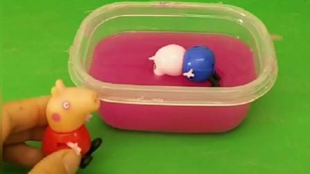 乔治去玩跳泥坑被陷进去了,小猪佩奇赶紧救乔治,佩奇变得特别大!