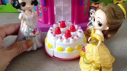 白雪公主给小雪儿买了生日蛋糕,贝儿要来抢小雪儿的蛋糕吃,小朋友们说贝儿这样做对吗?