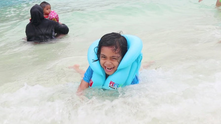 萌宝儿童益智游戏:小正太太勇敢了!面对海浪冲击也不害怕