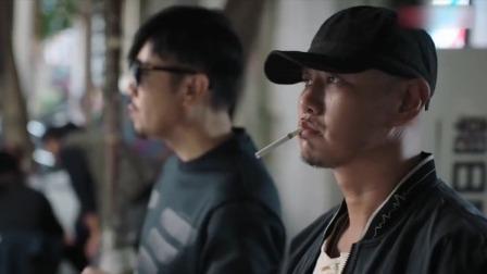 男子在路边借火抽烟,不料大叔一眼认出是杀手,吓得手直抖!