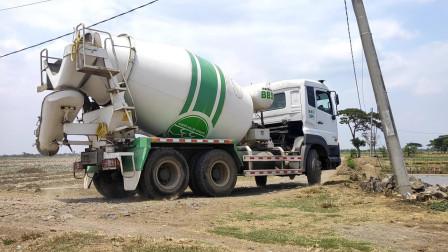混凝土搅拌车和皮卡车运输水泥