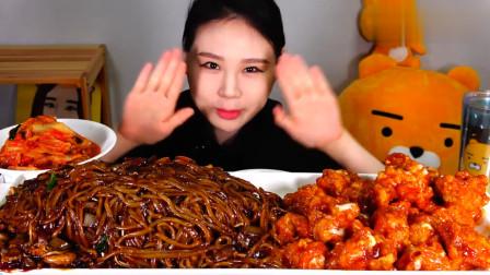 大胃王卡妹吃一大盘海鲜炸酱面,就着炸鸡往嘴里塞,吃相真诱人!